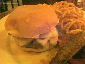 Burger Clássico ao ponto com bacon crocante e queijo ementhal acompanhado de onion rings