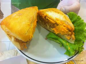 Hambúrguer do Filipe: Pão ciabatta, queijo cheddar sobre o pão, hambúrguer de picanha sobre o cheddar, queijo catupiry dobre a carne, e cebola levemente caramelizada e maionese do Osnir - Osnir 42 anos