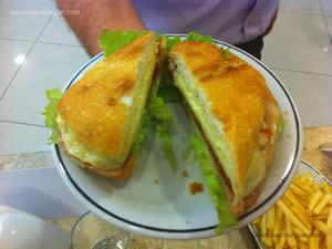Bauru do Amauri: Pão ciabatta com finíssima camada de maionese, fatias de peito de peru, fatias de queijo provolone, tomate seco temperado e pouca alface americana picada - Osnir 42 anos