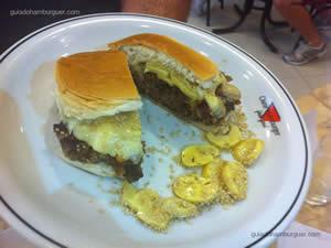 Hambúrguer Cruz: Pão de hambúrguer, hambúrguer de picanha, bacon em tiras frito, champignon fatiado,  provolone derretido e gergelim (1/2 colher de café, entre o hambúrguer e o provolone derretido) - Osnir 42 anos