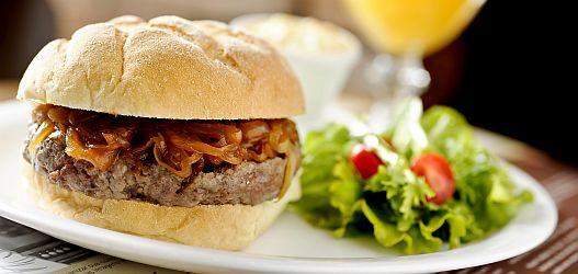 USA Burger com hambúrguer de picanha, sweet onion sauce acompanhado de saladinha de repolho, a coleslaw. O pão é do tipo caseiro feito de farinhas de trigo, fubá e pimenta rosa. - General Prime Burger
