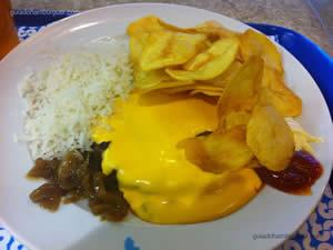 h3 cheese coberto com um fondue de queijo cheddar e servido com cebola confitada, ketchup e maionese de mostarda à moda antiga  - h3 Hamburgology