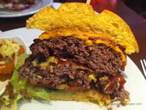 Big Apple Burger, dois hambúrgueres de 200g grelhados servidos com o dobro de queijo Jack-cheddar, 4 fatias de bacon, cebola roxa, alface, tomate, picles e um cremoso molho ao estilo Applebee's acompanhado de onion crunch. - Applebee`s