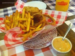 Half 'n' half (meia porção de house fries e meia de onion rings acompanhada de molho fry sauce) - The Burger Map