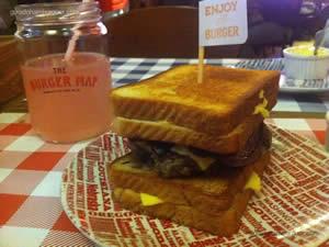 Fatty Melt Burger: hambúrguer, queijo americano, bacon e fatia de queijo entre dois queijos quentes - The Burger Map