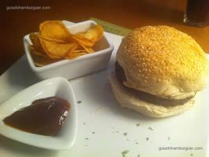 Great Gatsby por R$ 27,00, exclusivo hambúrguer de baby beef de búfalo recheado com queijo provolone, creme de mostarda dijon no exclusivo pão de hambúrguer italiano - Black Pepper Burger & Bistrô