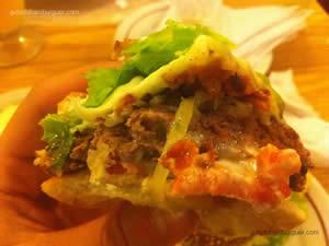Cheeseburger (x-burger) com cebola frita, queijo, bacon, salada e maionese à parte - Frevo