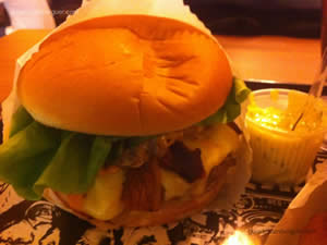 Fat Elvis (dois hambúrgueres do blend Rock'n'Roll, bacon, cheddar, queijo prato, alface, tomate e maionese - Rock'n'Roll Burger