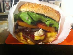 Hambúrguer completo:hambúrguer artesanal de 120g, queijo, alface, tomate, bacon, cebola frita no azeite e shoyu e maionese - Rock & Burguer